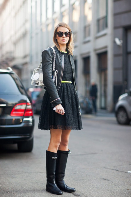 Девушка в черном платье и черных сапогах