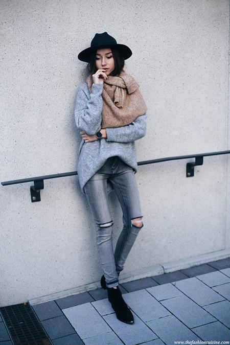 Девушка в черной шляпе, синий свитер и рваные джинсы
