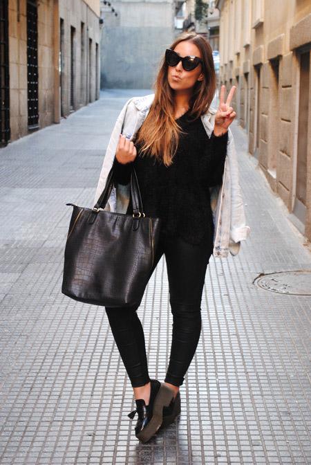 Девушка в черных брюках и лоферах на высокой платформе