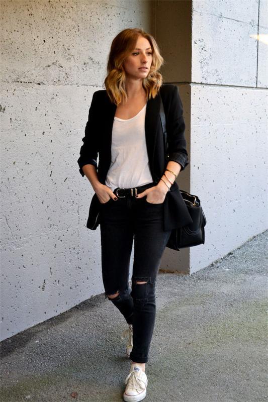 Девушка в черных джинсах и белых кедах