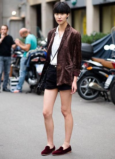 Девушка в черных шортах и лоферах