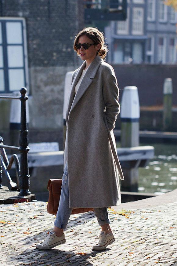 Девушка в длинном пальто и кедах