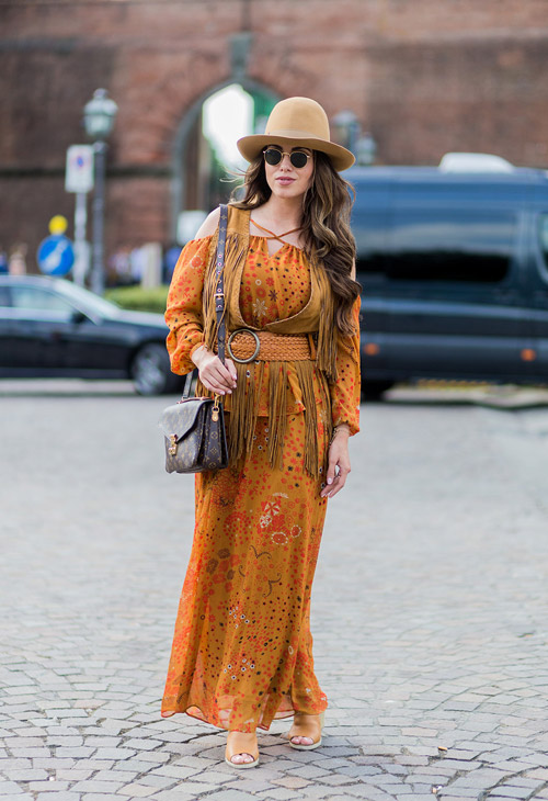 Девушка в длинном платье, портупее с бахромой и шляпе