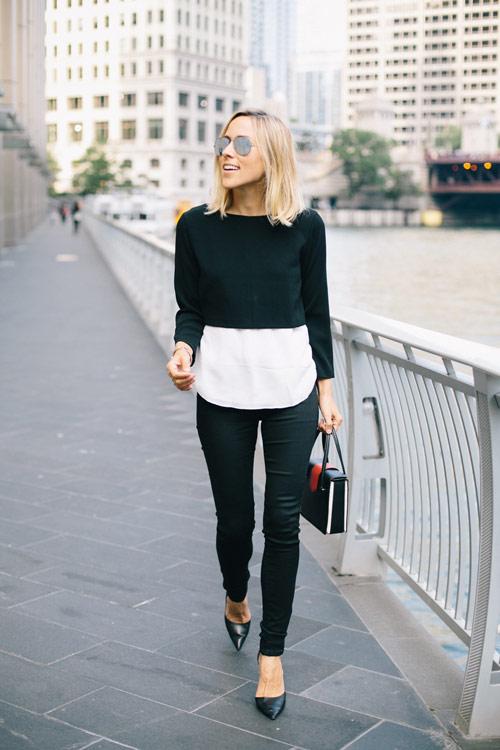 Девушка в коротком свитере