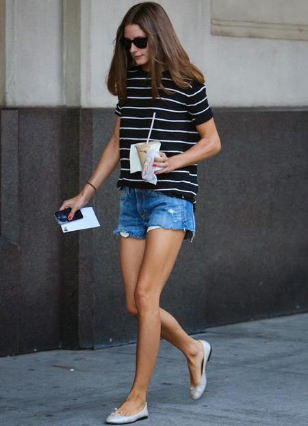 Девушка в джинсовых шортах и балетках