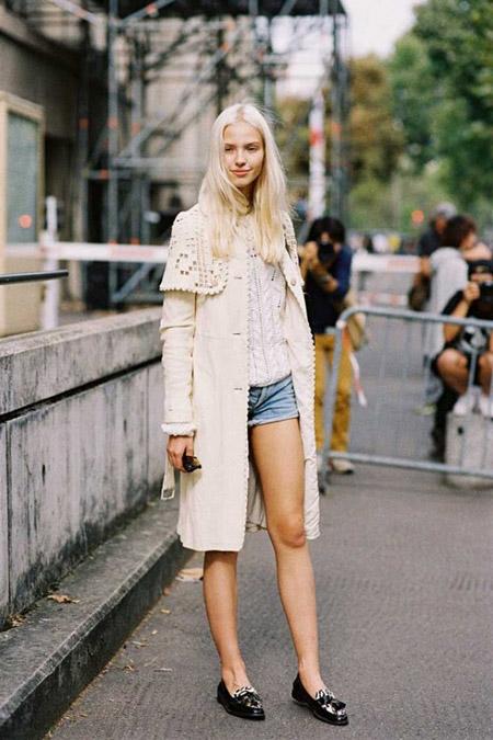 Девушка в джинсовых шортах и лоферах