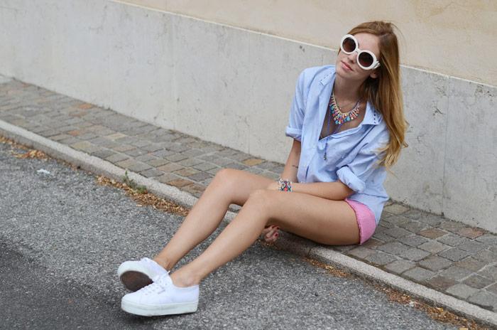 Девушка в голубой рубашке и кедах
