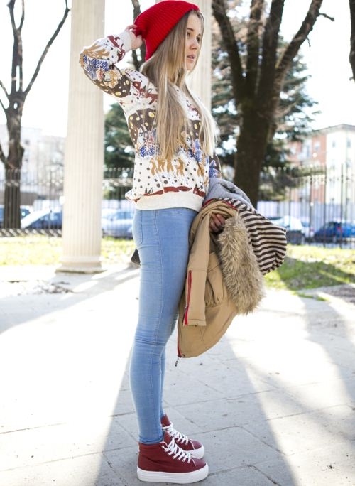 Девушка в голубых джинсах и кедах на платформе