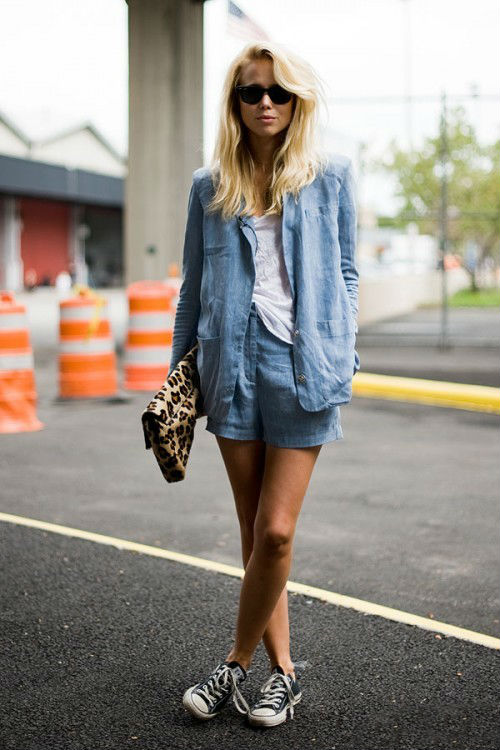 Девушка в голубых шортах