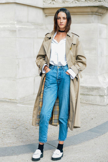 Девушка в голубых высоких джинсах и лоферах