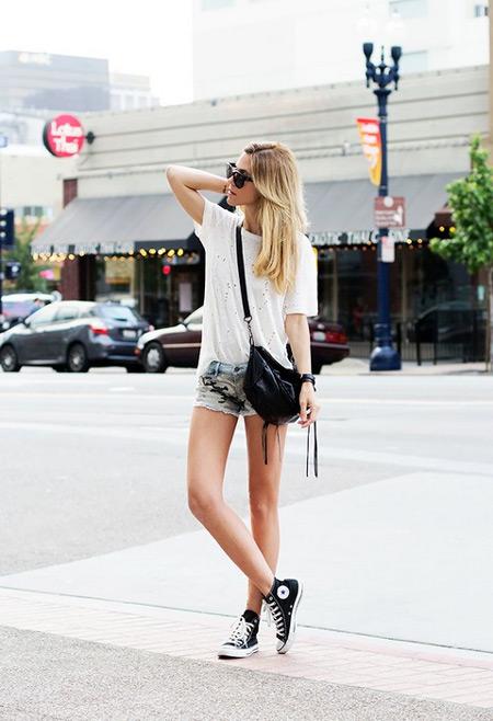 Девушка в коротких шортах и кедах