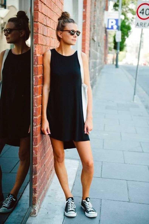 Девушка в коротком черном платье и кедах