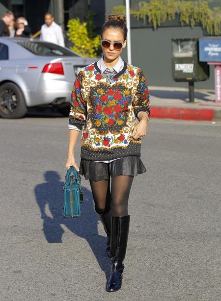 Джессика Альба в короткой юбке и ярком свитшоте