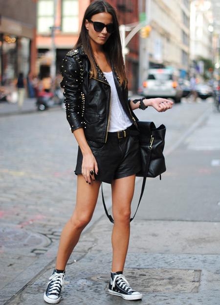 Девушка в кожаных шортах и кедах