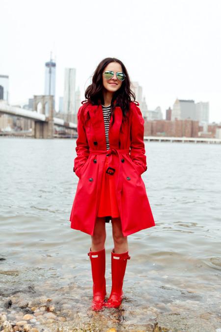 Девушка в красном тренче и красных сапогах