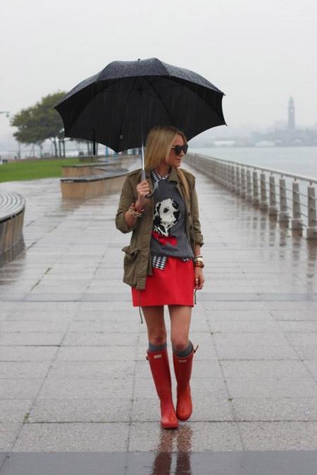 Девушка в красной юбке и резиновых сапогах