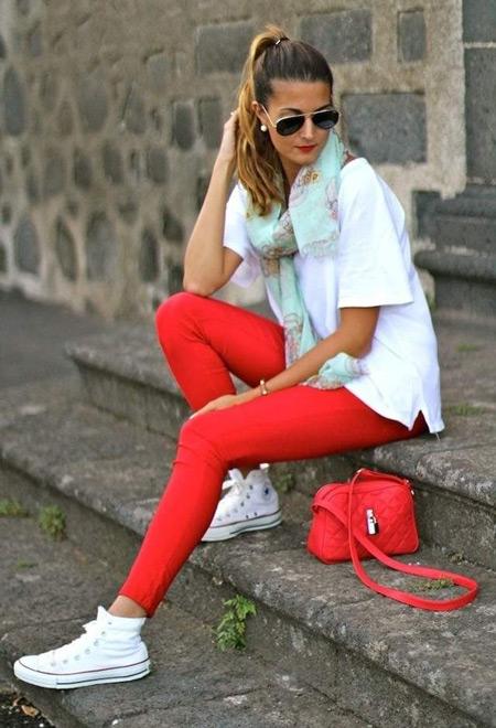 Девушка в красных брюках и кедах