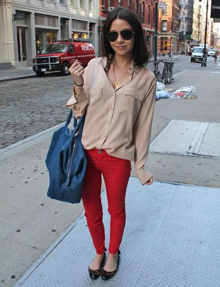 Девушка в красных джинсах и балетках