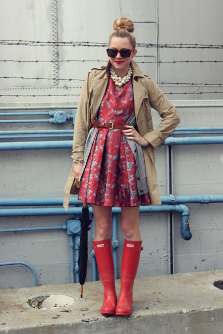 Девушка в красных сапгах и платье