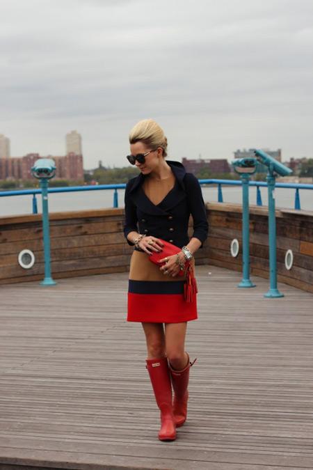 Девушка в красных сапогах и красной юбке