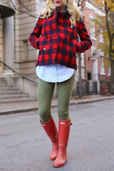 Девушка в красных высоких резиновых сапогах