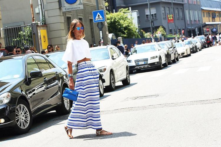 Девушка в кроп-топе, длинной юбке и белых сандалиях