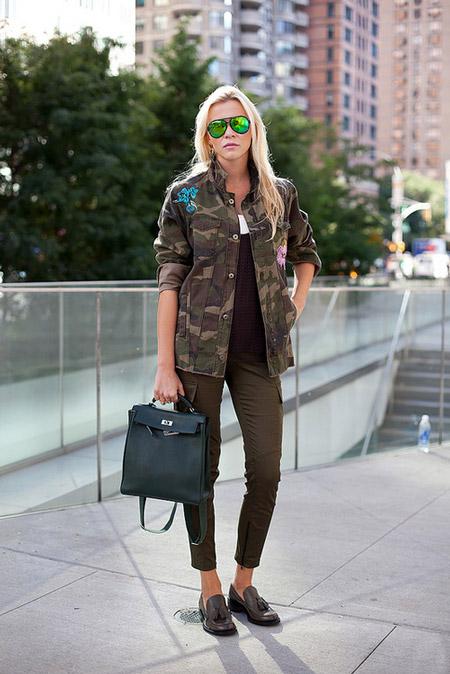 Девушка в куртке хаки и лоферах