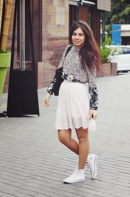 Девушка в легкой юбке и блузке