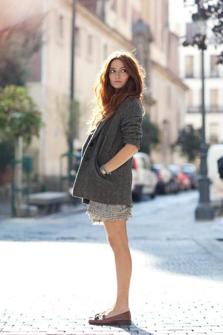 Девушка в легкой юбке и кардигане