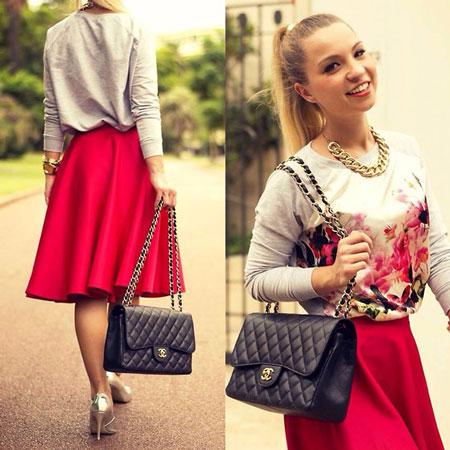Девушка в малиновой юбке и свитшоте