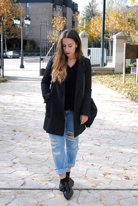 Девушка в пальто и джинсах