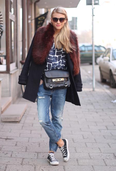 Девушка в пальто с мехом и кедах