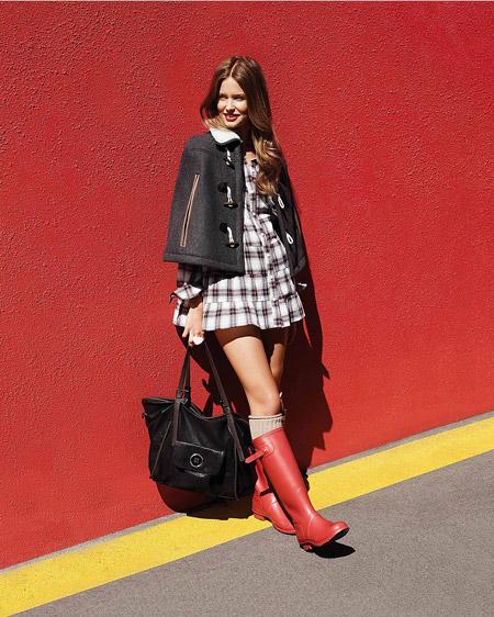 Девушка в платье-рубашке и красных сапогах