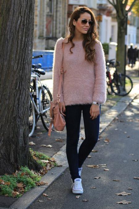 Девушка в розовом свитера