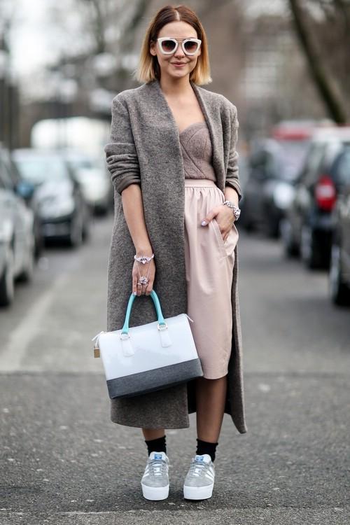 Девушка в розовой юбке и кедах на платформе