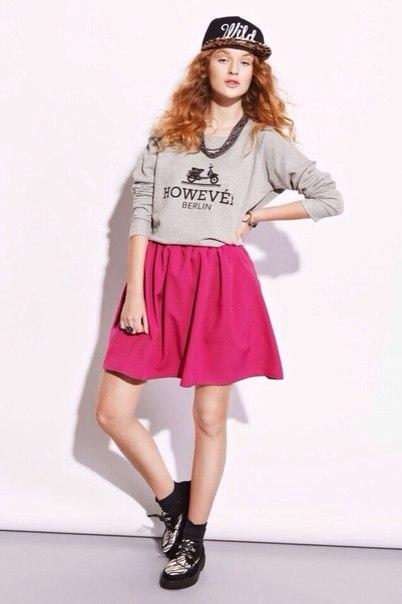 Девушка в розовой юбке и свитшоте