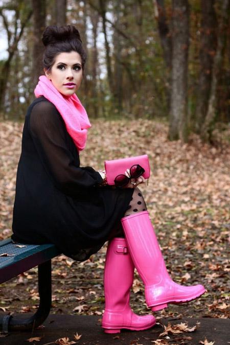 Девушка в розовых сапогах и черном платье