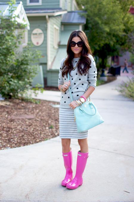 Девушка в розовых сапогах и серой юбке