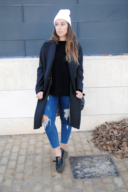 Девушка в рваных джинсах и лоферах