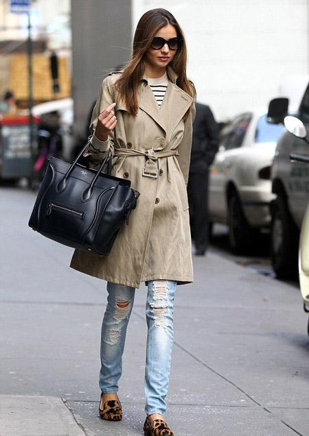 Миранда Керр в рваных джинсах и лоферах
