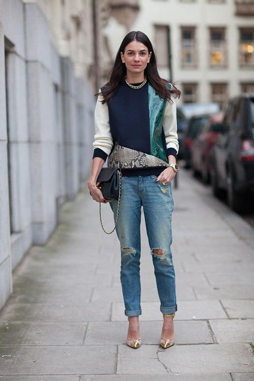 Девушка в серо-голубых джинсах