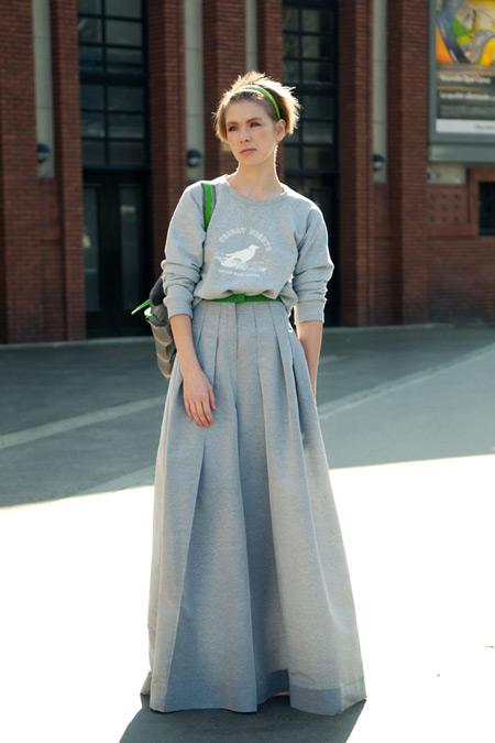 Девушка в сером луке с юбкой макси