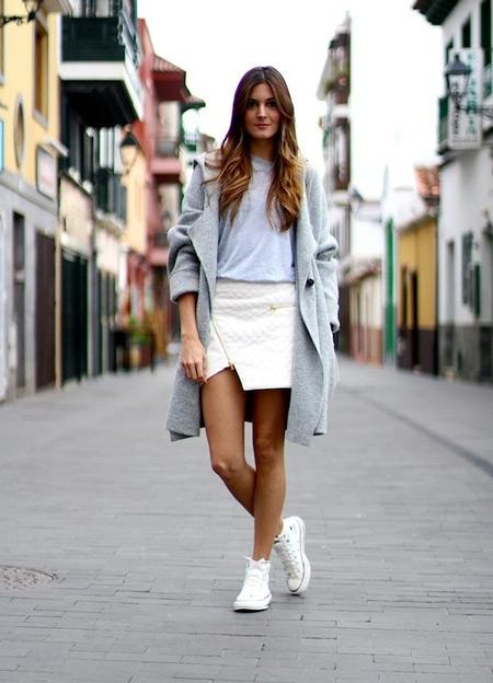 Девушка в сером пальто и белых кедах
