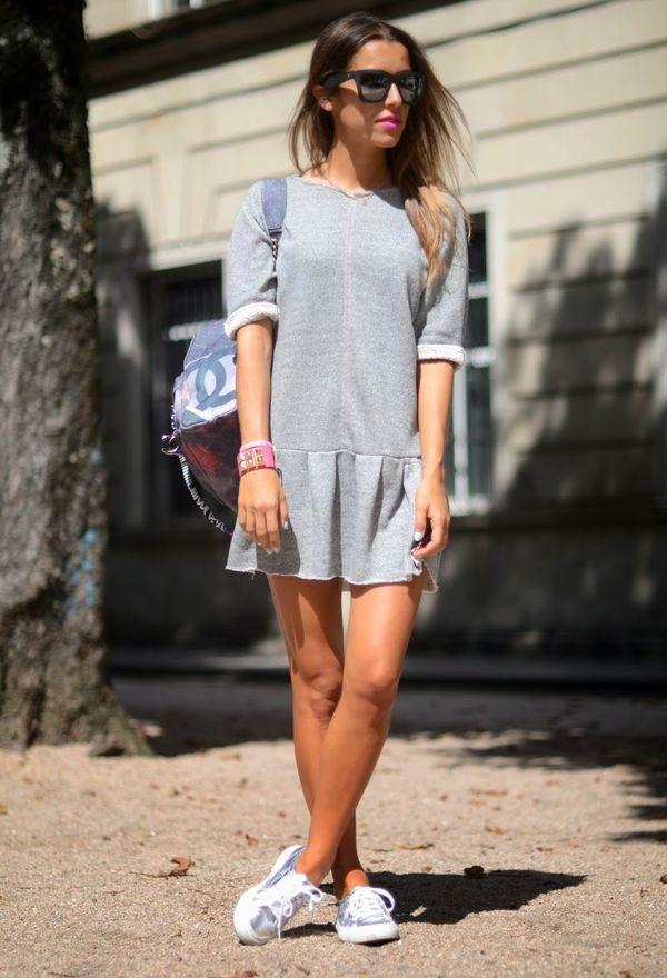 Девушка в сером платье и кедах