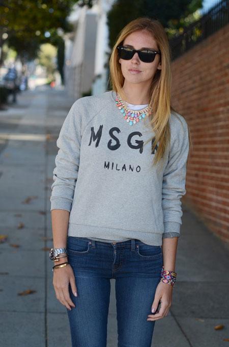 Девушка в сером свитшоте и простых джинсах