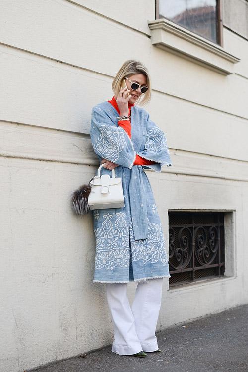 Девушка в широких брюках, оранжевой водолазке и длинном кимоно