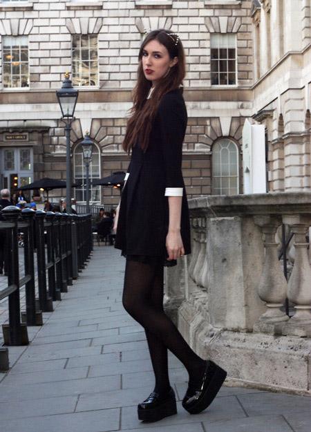 Девушка в строгом платье и лоферах