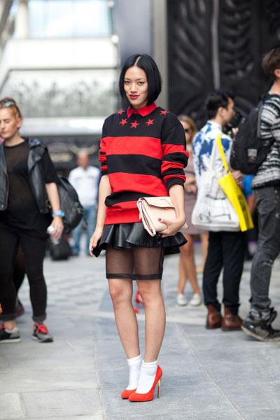 Девушка в свитшоте в красную полоску