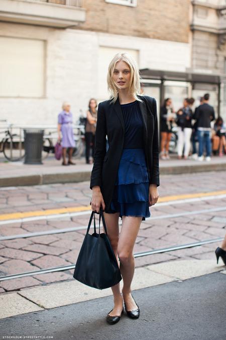 Девушка в темно-синем платье и балетках