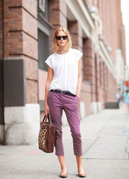 Девушка в укороченных брюках и балетках